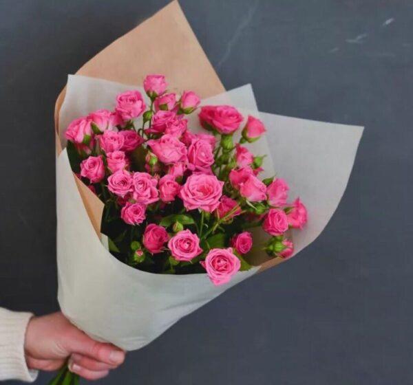 9 розовых кустовых роз в стильной упаковке