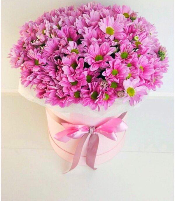 Шляпная коробка из розовых хризантем